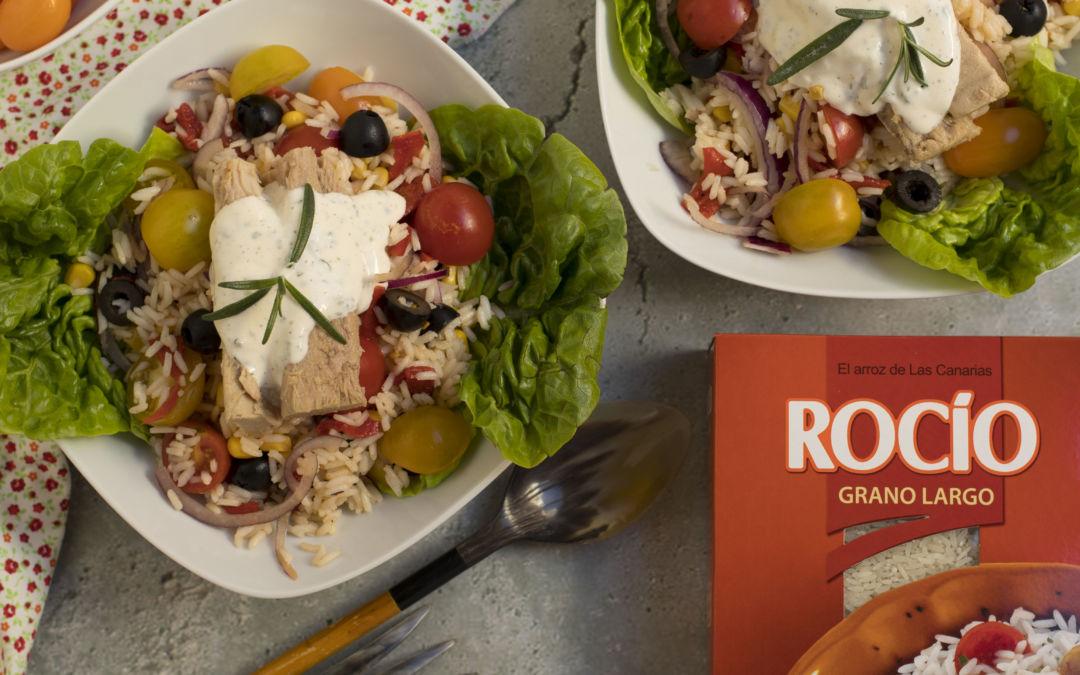 Ensalada de arroz con atún estilo mediterráneo