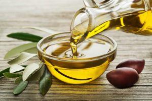 vertiendo aceite de oliva virgen en un bol