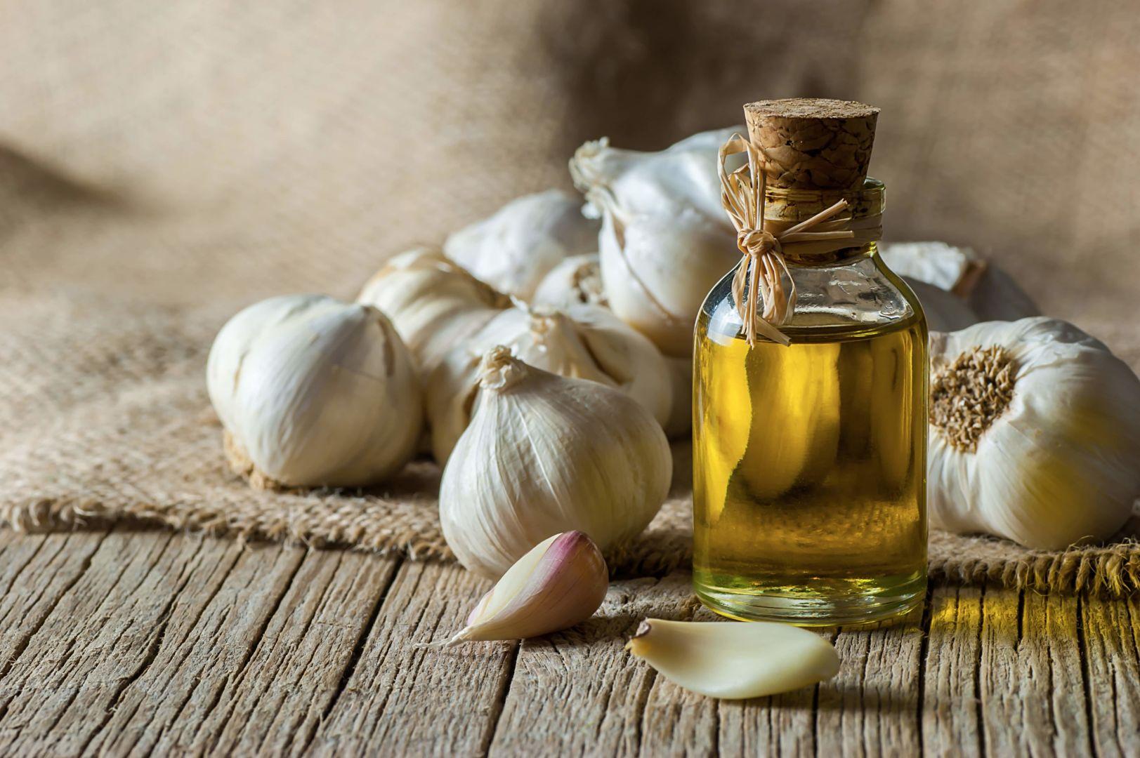 aceite de oliva y cabezas de ajo