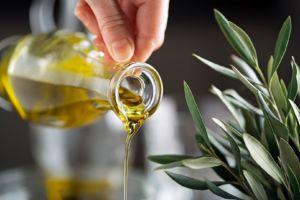 vertiendo aceite de oliva