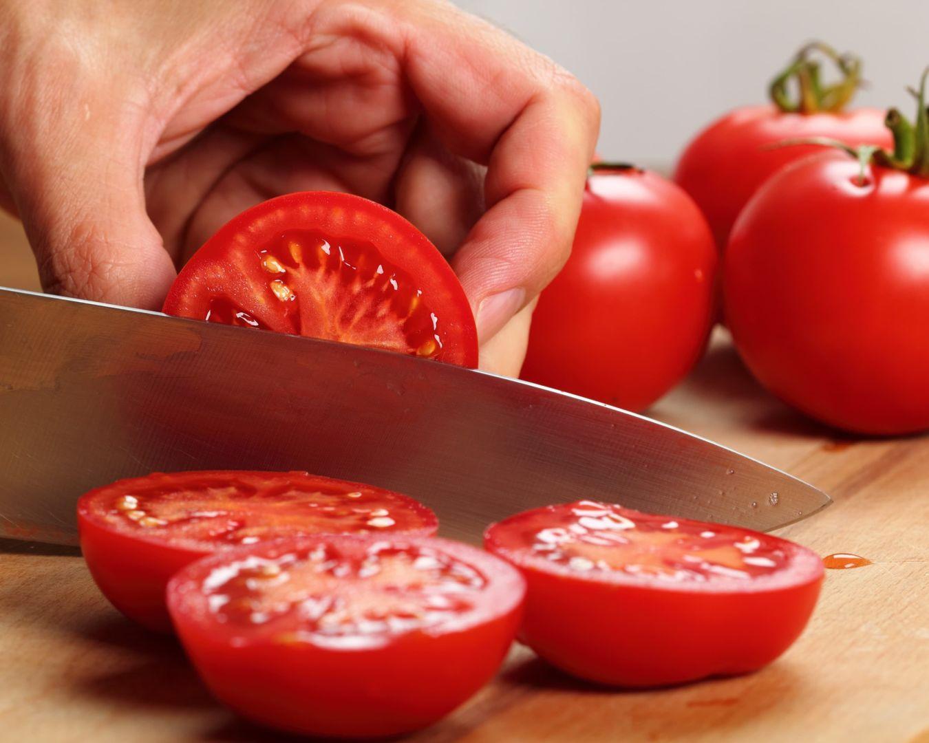 cortando tomates