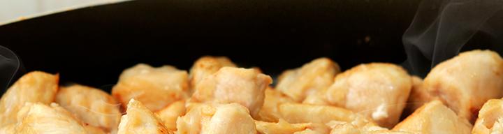 trozos de pollo dorados en una sartén
