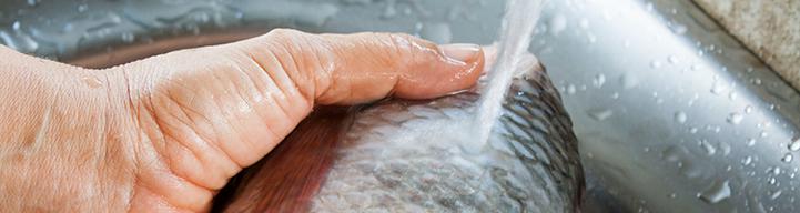 Hacemos dos cortes profundos por uno de los lados de este pescado